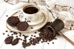 Copo de café com as cookies do chocolate na tabela Fotos de Stock Royalty Free