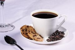 Copo de café com biscoitos e feijões de café fotos de stock royalty free