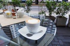 Copo de café com cappuccino imagem de stock royalty free
