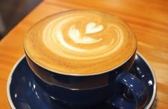 Copo de café com coração fotografia de stock