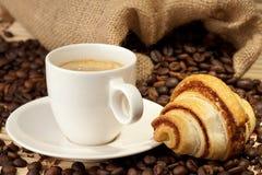Copo de café com croissant Fotografia de Stock