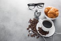 copo de café com croissant e despertador, vidros pretos fotos de stock