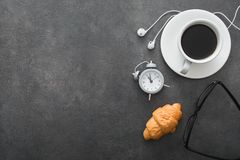 copo de café com croissant e despertador, vidros pretos, brancos fotos de stock