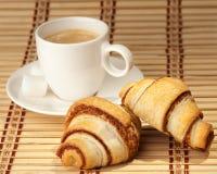 Copo de café com croissants Imagens de Stock Royalty Free