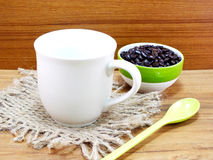 Copo de café com de café dos feijões vida ainda Imagem de Stock Royalty Free