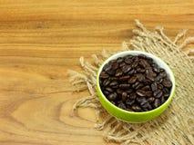 Copo de café com de café dos feijões vida ainda no fundo de madeira Imagens de Stock