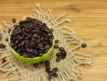 Copo de café com de café dos feijões vida ainda no fundo de madeira Foto de Stock