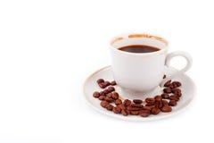 Copo de café com feijões foto de stock royalty free