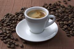 Copo de café com feijões imagem de stock royalty free