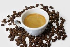 Copo de café com feijões Fotos de Stock Royalty Free