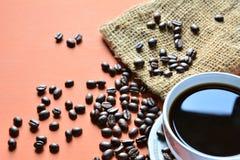 Copo de café com feijões e saco de café Imagem de Stock Royalty Free
