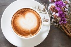 Copo de café com a flor violeta bonita Imagem de Stock Royalty Free