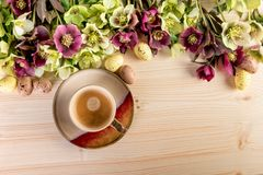 Copo de café com flores e ovos da páscoa Fotos de Stock