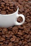Copo de café com grãos de café Foto de Stock