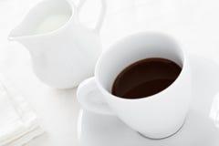 Copo de café com jarro de leite Foto de Stock