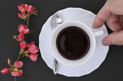 Copo de café com mão Imagens de Stock Royalty Free