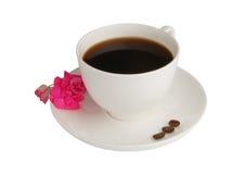 Copo de café com os feijões da flor e de café fotografia de stock royalty free