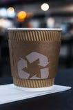 Copo de café com reciclagem do sinal Imagem de Stock Royalty Free