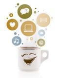Copo de café com social e ícones dos meios em bolhas coloridas Imagem de Stock Royalty Free
