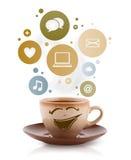 Copo de café com social e ícones dos meios em bolhas coloridas Imagens de Stock