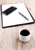 Copo de café com telefone e originais Imagens de Stock