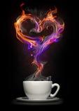 Copo de café com um coração do incêndio fotos de stock royalty free