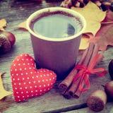 Copo de café, coração vermelho e do outono vida ainda na tabela Foto de Stock Royalty Free