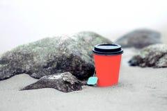 Copo de café coral pelo mar fotos de stock