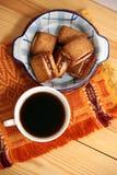 Copo de café da manhã com biscoitos fotos de stock royalty free