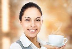 Copo de café da mulher de negócio com vapor imagens de stock royalty free