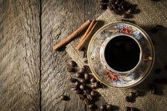 Copo de café da porcelana na tabela de madeira foto de stock
