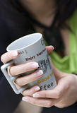 Copo de café da terra arrendada da mulher foto de stock