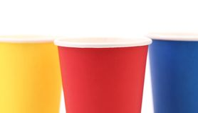 Copo de café de papel colorido. Fotografia de Stock