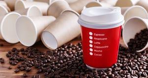 Copo de café de papel vermelho com feijões de café Foto de Stock
