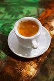 Copo de café do café na tabela rústica com sol Fotografia de Stock Royalty Free