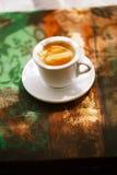 Copo de café do café na tabela rústica com sol Foto de Stock Royalty Free