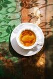 Copo de café do café na tabela rústica com sol Imagem de Stock