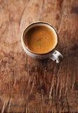 Copo de café do café na tabela rústica com sol Fotos de Stock Royalty Free
