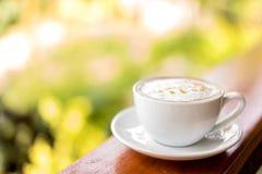 copo de café do cappuccino na tabela de madeira, foco macio Imagens de Stock Royalty Free