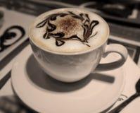 Copo de café do cappuccino ou do latte com espuma da arte Fotografia de Stock Royalty Free