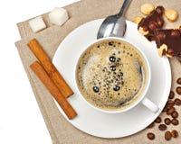 Copo de café, doces, avelã, açúcar e canela Fotos de Stock Royalty Free