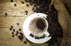 copo de café e brean na tabela velha Imagem de Stock