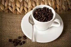 Copo de café e feijões de café Fotos de Stock Royalty Free