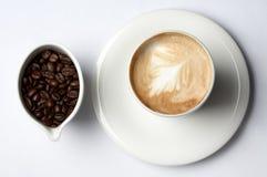 Copo de café e feijões de café colombianos fotografia de stock