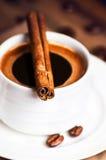 Copo de café e feijões de café com as varas de canela na testa de madeira Imagem de Stock Royalty Free