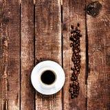 Copo de café e feijões de café na opinião superior do fundo de madeira velho C Imagem de Stock Royalty Free