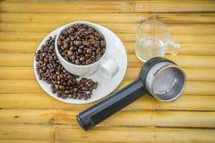 Copo de café e feijões de café no fundo de bambu Imagem de Stock