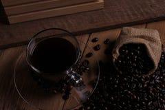 Copo de café e feijões de café no fundo de madeira Fotos de Stock