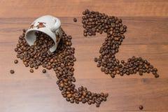Copo de café e feijões de café em um fundo de madeira imagens de stock
