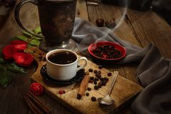 Copo de café e feijões de café na tabela de madeira Fotos de Stock Royalty Free